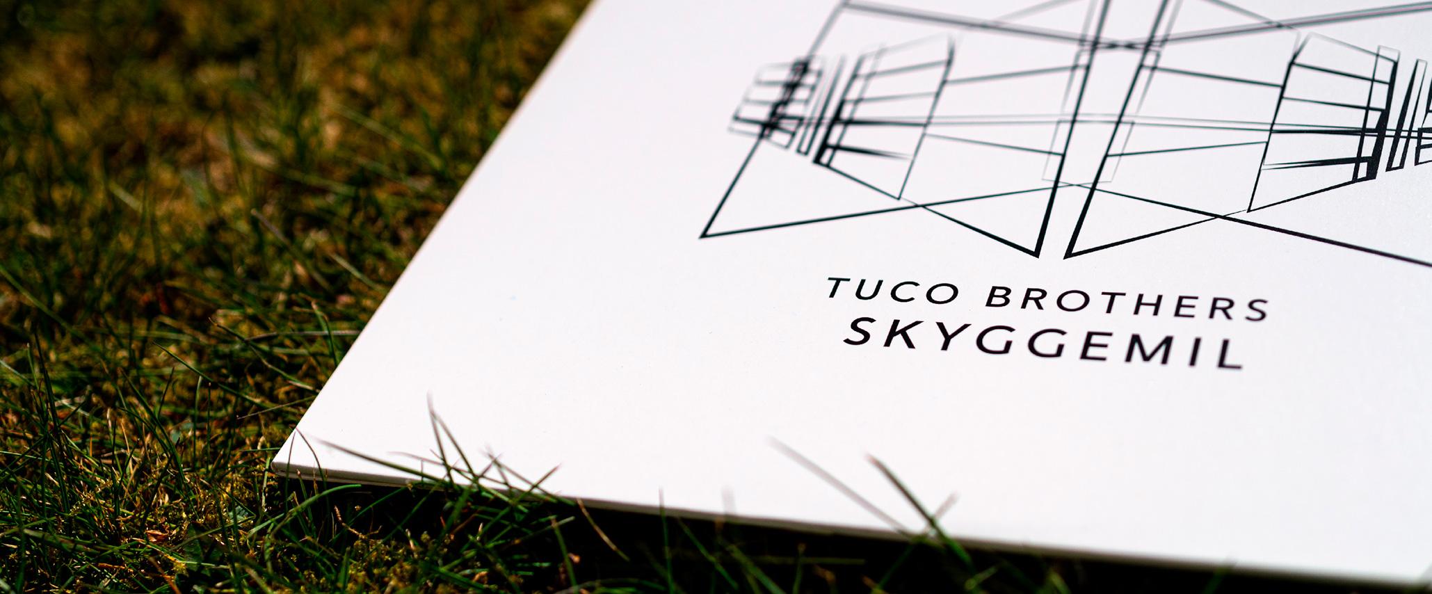 Tuco Brothers albumcover liggende i græsset